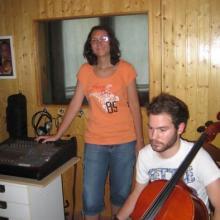 Marta escuchando los arreglos que había hecho para el Chelo