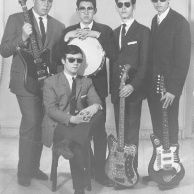 Los Nijar 1962(?) Con los instrumentos recién comprados en Guillermo Lluquet ( Valencia). Por la izquierda:Yo, Ramón, Narciso, mi primo Andrés y sentado Rodolfo.... ¡Vaya pintas!112.jpg